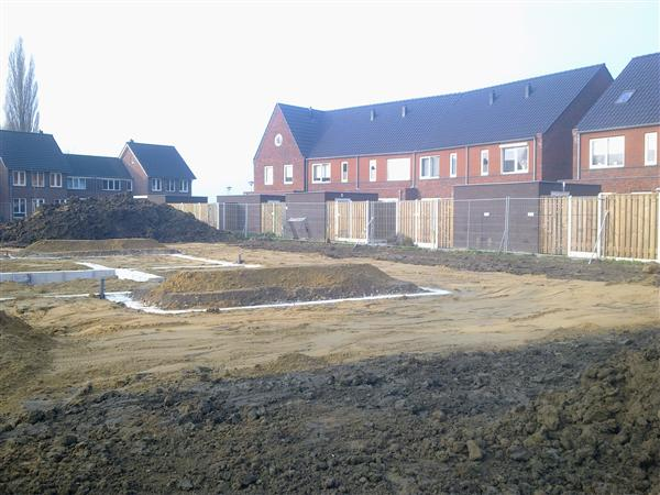 Grond-riool werk bij project 75 woningen te Driel